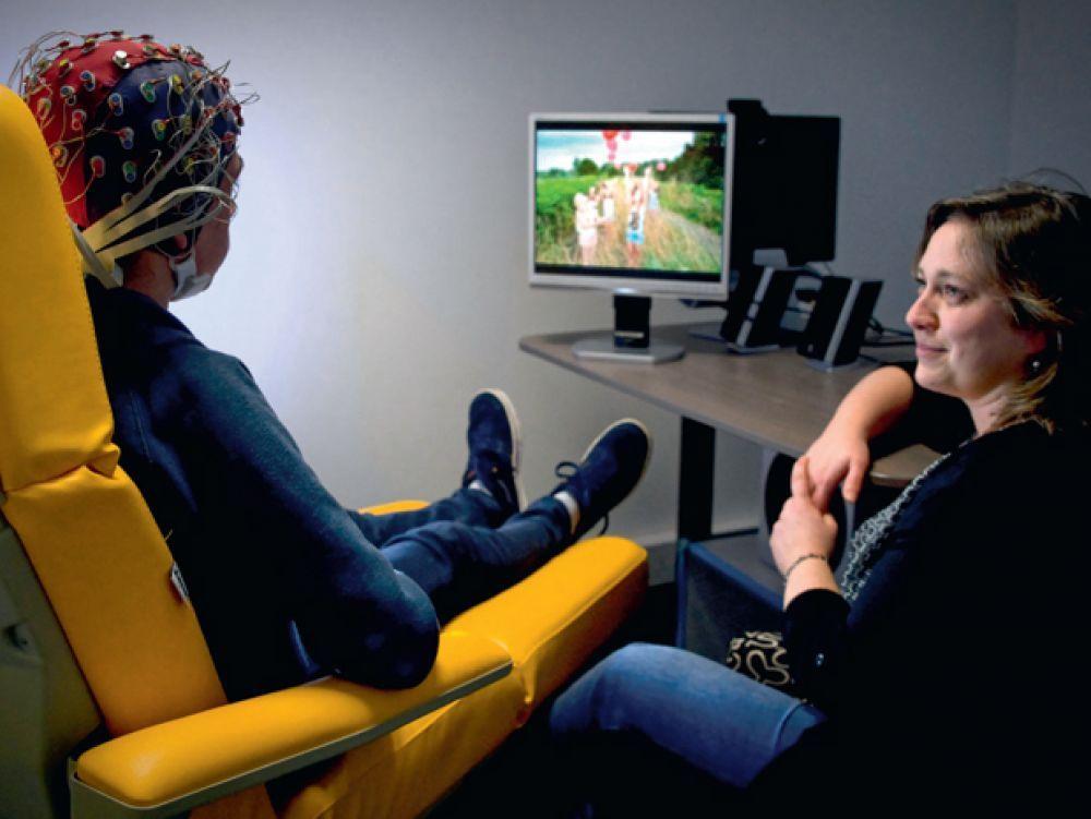 La stimulation cérébrale est une des voies encourageantes suivies par le CHU de Tours pour réactiver les réseaux neuronaux qui dysfonctionnement. FRANÇOIS GUENET/DIVERGENCE POUR SCIENCES ET AVENIR